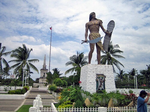 Mactan Shrine, met op de voorgrond Lapu Lapu Shrine en op de achtergrond Magellan Shrine - Mactan Island, Central Visayas, Filipijnen