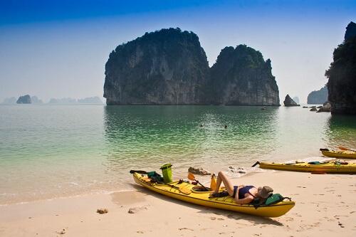 Even relaxen op een strandje na het kajakken - Halong Bay, Noord Vietnam