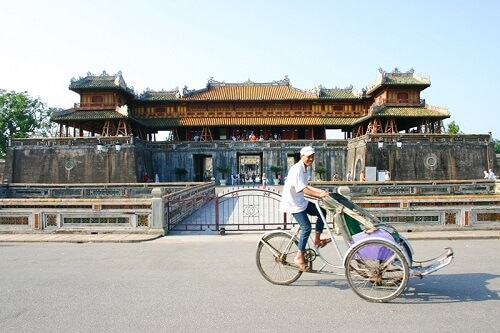 Cyclo voor de Ngo Monpoort - Keizerlijke Stad, Hue, Vietnam